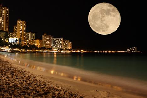Lune placée dans le ciel noir